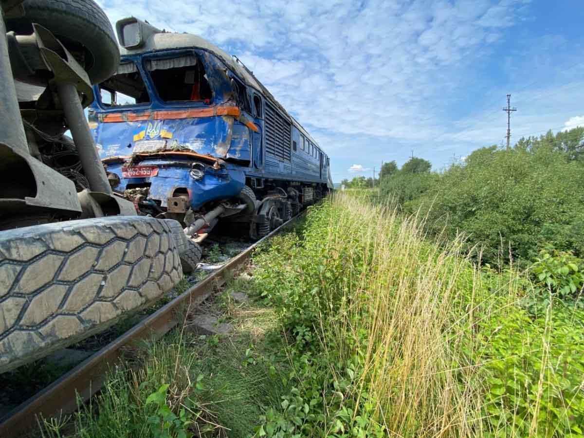 З'явилось відео з місця аварії де потяг врізався у фуру на Закарпатті